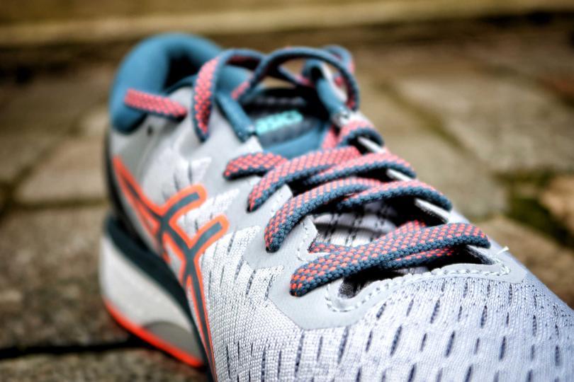 Asics Gel Kayano 27 - Zoom sur le mesh et les lacets