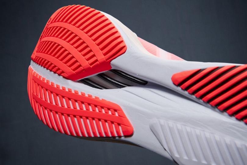 La Adidas Adizero Boston 10 et sa semelle à barre carbone