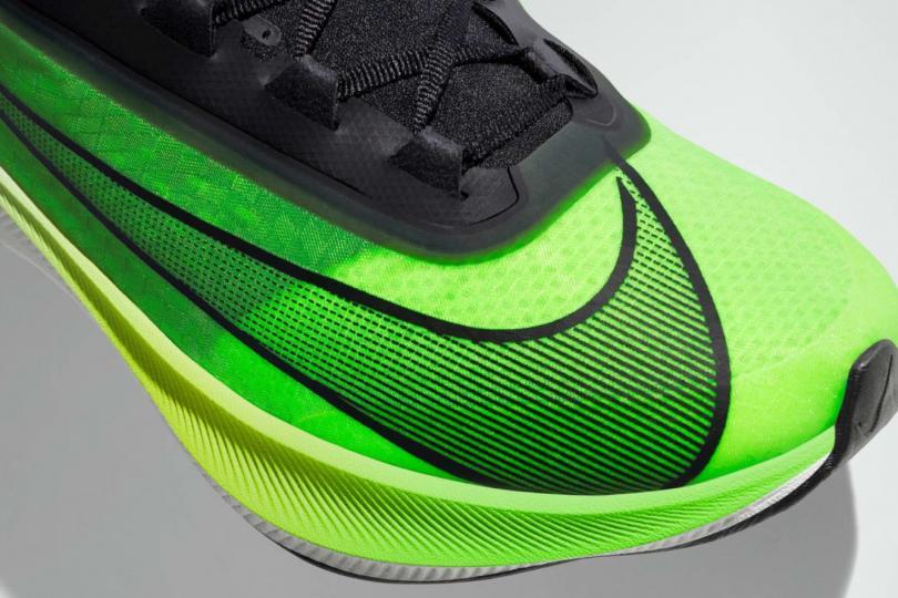Nike Zoom Fly 3, le logo Nike sur l'avant