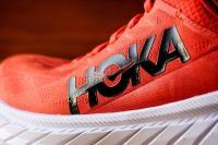 Hoka Carbon X 2 - le logo de la marque et zoom sur le mesh